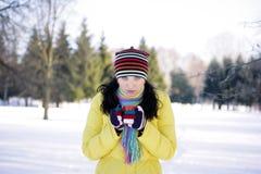 Frau im Park Holding-Becher Stockfoto