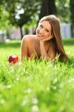 Frau im Park mit Buch Stockfoto