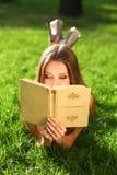 Frau im Park mit Buch Lizenzfreie Stockbilder