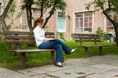 Frau im Park mit ihrem Computer Lizenzfreie Stockfotografie
