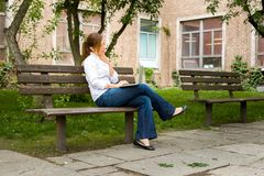 Frau im Park mit ihrem Computer Lizenzfreies Stockbild