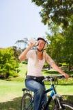 Frau im Park mit ihrem Fahrrad Stockfoto