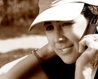 Frau im Park mit Telefon Lizenzfreie Stockfotografie