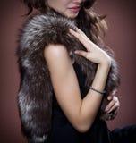 Frau im Pelz des silbernen Fuchses Lizenzfreie Stockbilder