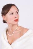 Frau im Pelz mit Perlen Stockfotos