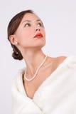 Frau im Pelz mit Perlen Stockfoto