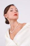 Frau im Pelz mit Perlen Lizenzfreie Stockfotografie