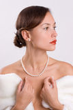 Frau im Pelz mit Perlen Stockbild