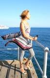 Frau im Pier Stockbild