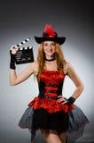 Frau im Piratenkostüm stockfoto