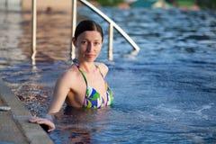 Frau im Pool Stockfoto
