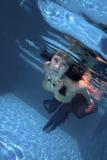 Frau im Pool stockbild