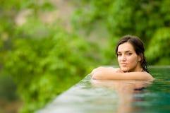Frau im Pool Stockfotografie
