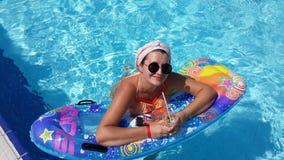 Frau im Pool Lizenzfreie Stockfotografie