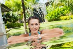 Frau im Pool Lizenzfreie Stockfotos