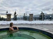 Frau im Pool der heißen Quellen mit heißem heilendem Mineralwasser Stockfotografie