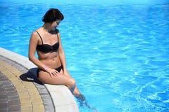 Frau im Pool Schöne sexy Frau im Pool Stockfotos