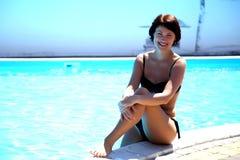 Frau im Pool Schöne sexy Frau im Pool Lizenzfreie Stockfotografie