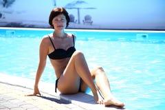 Frau im Pool Schöne sexy Frau im Pool Stockfotografie