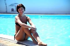 Frau im Pool Schöne sexy Frau im Pool Lizenzfreies Stockfoto