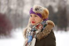 Frau im purpurroten Barett Lizenzfreie Stockfotos
