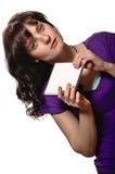 Frau im purpurroten Hemd hält leere CD-Hülle Stockfotografie