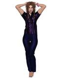 Frau im purpurroten Hemd - stehend Lizenzfreie Stockfotos