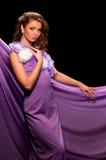 Frau im purpurroten Kleid Stockbild