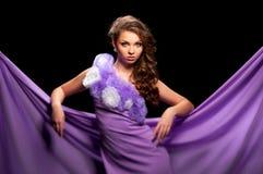 Frau im purpurroten Kleid Lizenzfreies Stockbild