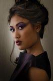 Frau im purpurroten Kleid und im purpurroten Make-up Lizenzfreies Stockfoto