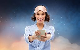 Frau im Pyjama und in trinkendem Kaffee der Schlafenmaske lizenzfreies stockfoto