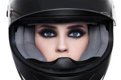 Frau im Radfahrersturzhelm lizenzfreies stockfoto