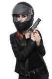 Frau im Radfahrersturzhelm mit Gewehr stockfoto