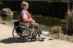 Frau im Radstuhl am Park Lizenzfreie Stockfotos