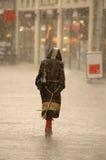Frau im Regen Stockfotos