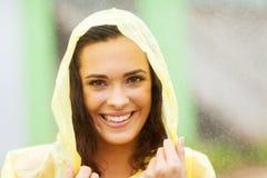 Frau im Regenmantel stockbilder