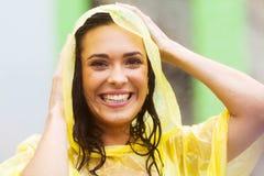 Frau im Regenmantel stockfotos