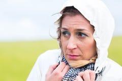 Frau im Regenschauer an der Seeküste Lizenzfreie Stockfotografie