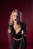 Frau im reizvollen Lederjackeschrei mit Kette Lizenzfreie Stockfotografie