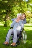 Frau im Rollstuhl in der Natur Stockbild