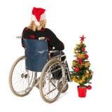 Frau im Rollstuhl mit Weihnachtsbaum Lizenzfreie Stockfotografie