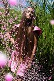 Frau im rosa Kleid mit Fliegenblasen Lizenzfreies Stockbild
