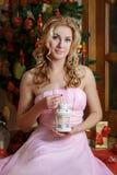 Frau im Rosa mit Weiß beleuchtete Laterne unter Weihnachtsbaum stockfoto