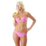Frau im rosafarbenen Bikini mit kaltem Getränk Lizenzfreies Stockbild