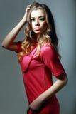 Frau im rosafarbenen Kleid Stockfotografie