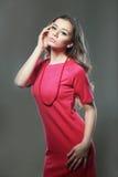 Frau im rosafarbenen Kleid Lizenzfreie Stockbilder