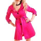 Frau im rosafarbenen Mantel lizenzfreie stockfotos