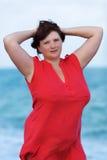 Frau im Rot in dem Meer Stockfoto