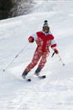 Frau im Rot an der Skisteigung Stockfoto