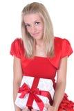 Frau im Rot mit Geschenk Stockbild